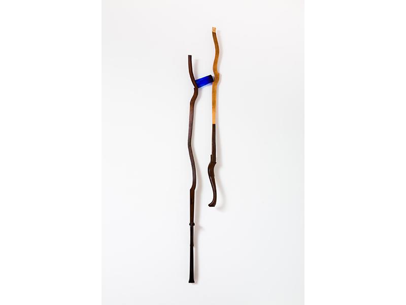 GaKO. art. Daisy Xavier. Paralelas 2. Madeira e vidro azul. 259x50x24cm. 2012