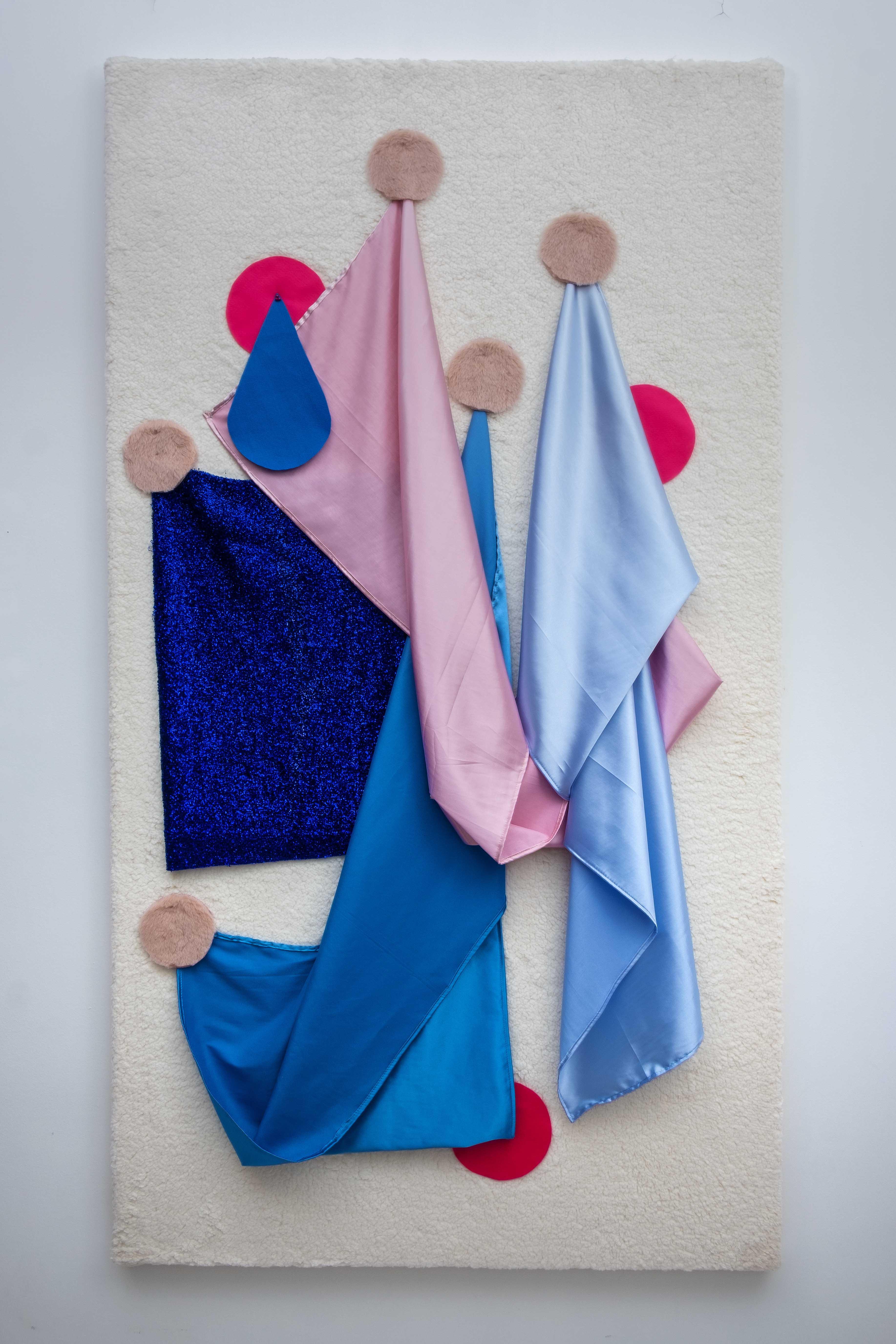 Azul e Rosa em Queda 2020 Série: Formas Contrassexuais Lã sintética, pele sintética, cetim, feltro, poliester, alfinete e prego sobre tela 200 x 100 cm