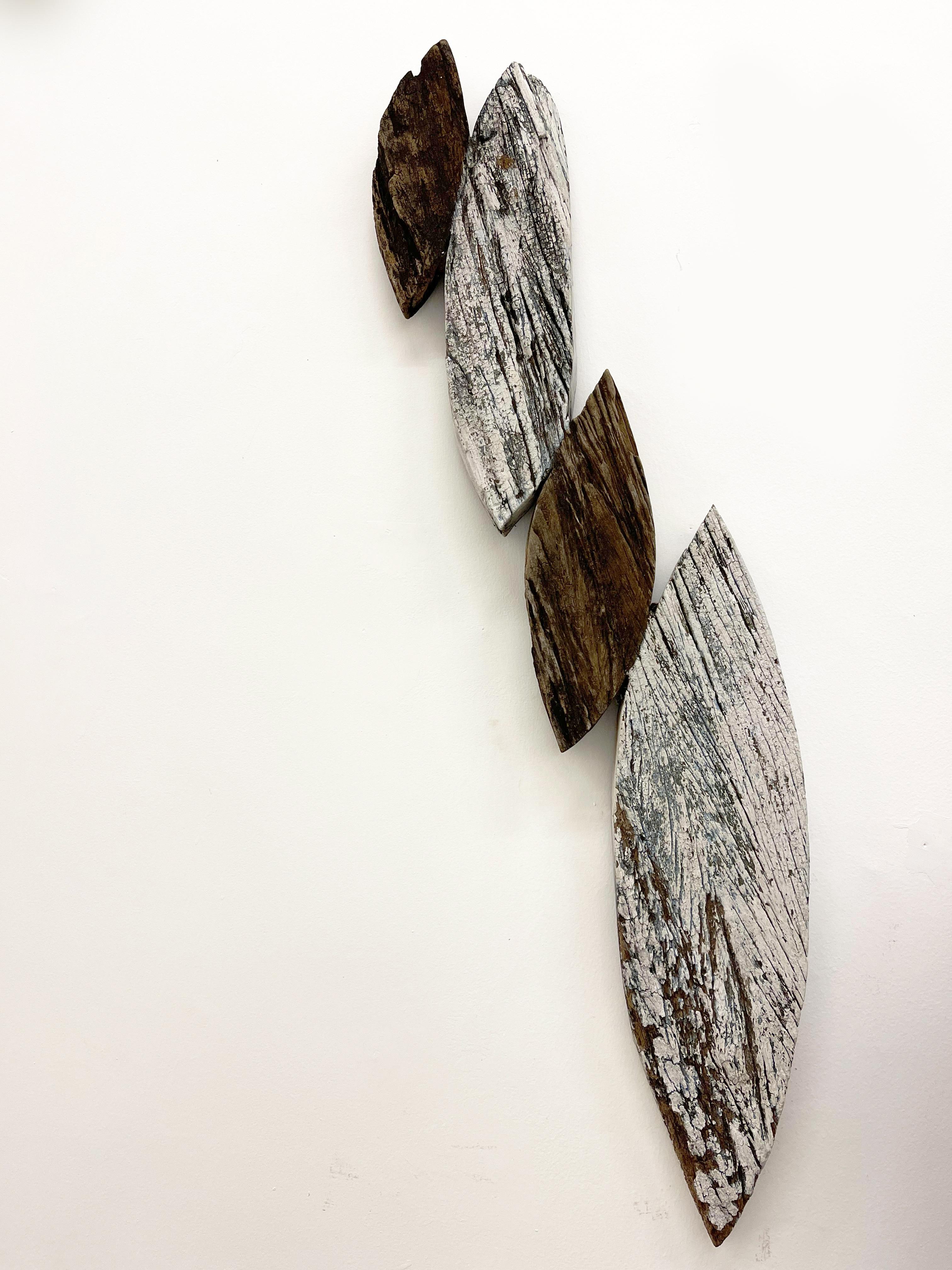 José Ivacy Sem título 3 (branca), 2020 -2021 Série Arqueologia Sensível Recortes e incrustações com matérias do lugar Concreto, madeira e tinta óleo100 x 22 x 5 cm
